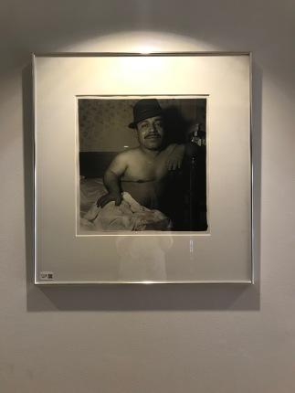 """Lauro Morales, Mexican dwarf in hist hotel room, N.Y.C. 1970"""", ca. 1972/1973. Edition 47/50. Fremkaldt og signeret af Neil Selkirk og Doon Arbus."""