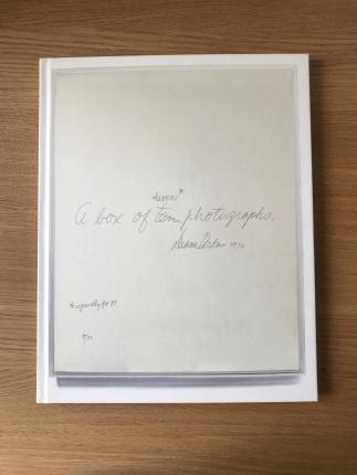 """Forsiden af """"A Box of Ten Photographs"""""""